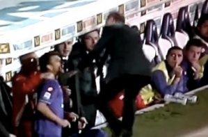Тренер и игрок Фиорентины подрались во время матча (Видео)