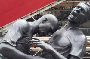 В Париже установлена статуя Зидана, который бьет Матерацци